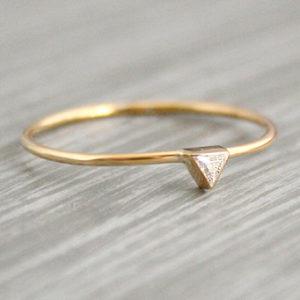 gouden ring met driehoekige diamant